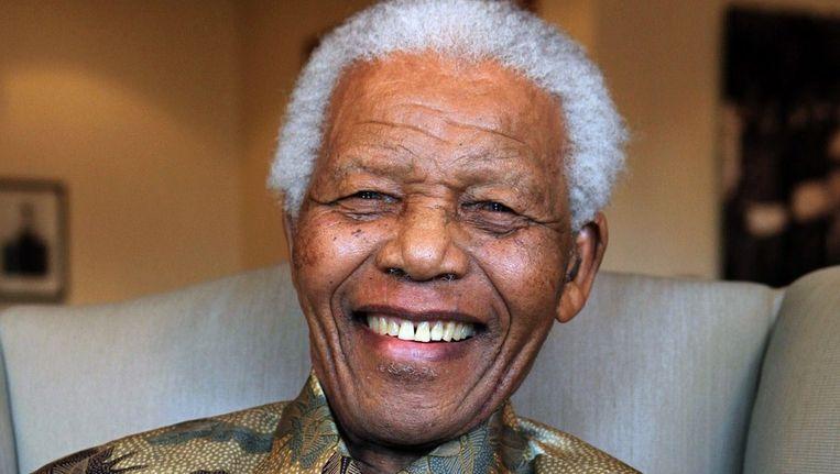 Oud-president Nelson Mandela is volgens zijn kleinzoon aan de beterhand. Beeld AFP