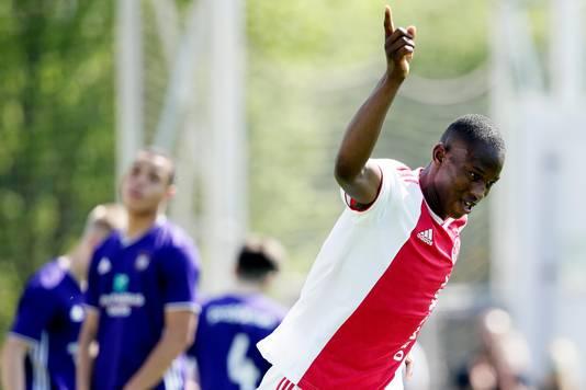 Neraysho Kasanwirjo viert zijn 1-0.