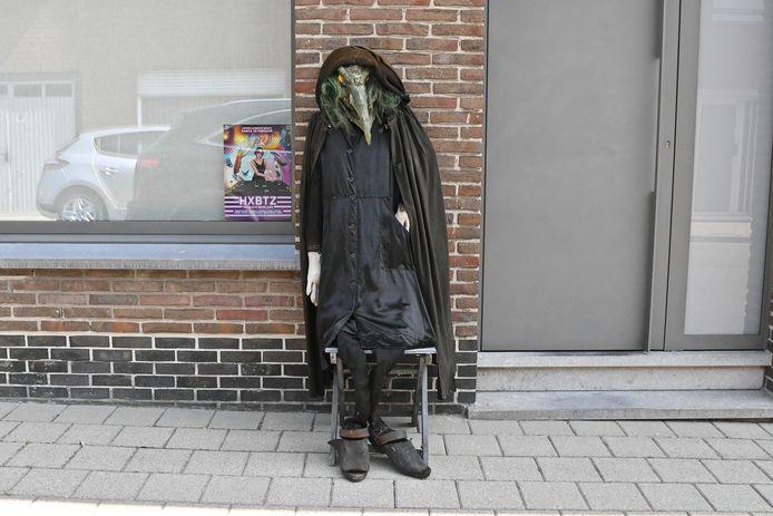 Ondanks de afgelasting van de heksenstoet, hangt er een heksensfeertje in de straten van Beselare.