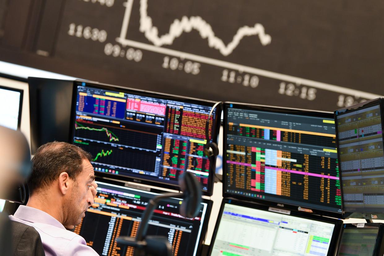 Een trader in dubio op de beurs van Frankfurt.