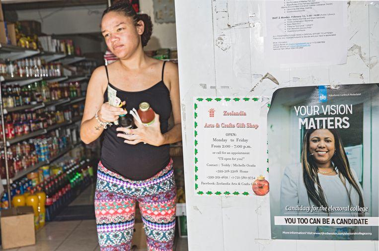 Verkiezingsposter bij de ingang van een supermarkt op Sint-Eustatius. Beeld Sinaya Wolfert