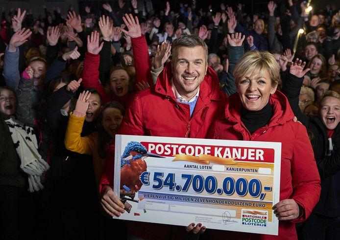 Caroline Tensen en Winston Gerschtanowitz van de Postcode Loterij in Nieuw-Vennep.