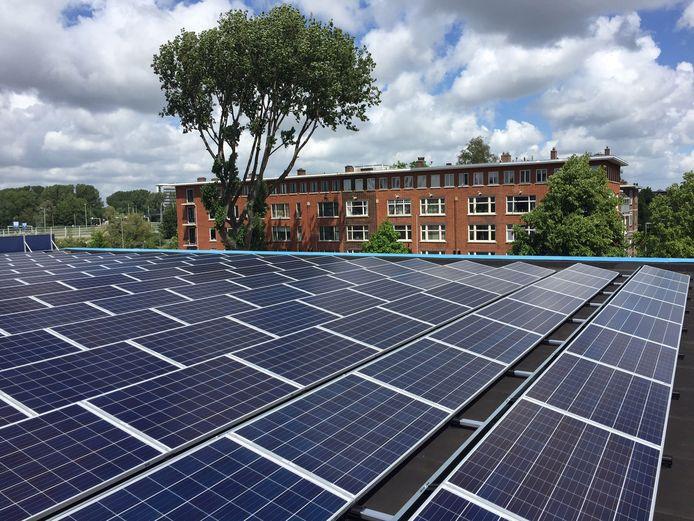 Zonnepanelen op het dak van de gymzaal aan de Noorderhavenkade in Rotterdam.