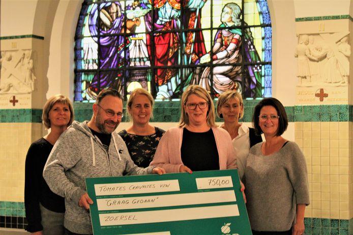 De dames van Graag gedaan krijgen een mooie cheque van 750 euro.