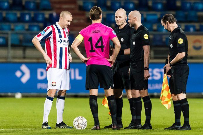 De aanvoerders van Willem II en FC Utrecht, Sebastian Holmén en Willem Janssen, voorafgaand aan het onderlinge duel van hun clubs in Tilburg eerder dit seizoen. De bezoekers wonnen met 0-6.