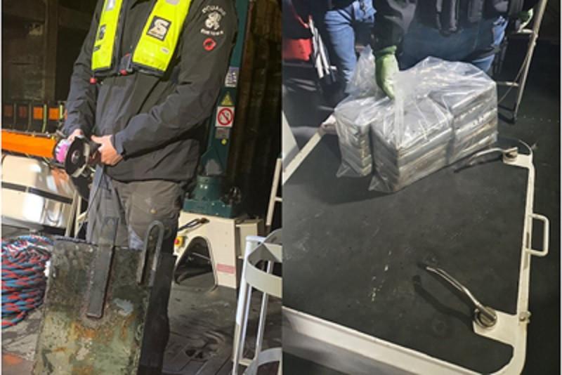Links: de kist wordt opengeslepen. Rechts:L de paketten cocaïne