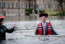 VSNU-voorzitter Pieter Duisenberg liep eerder dit jaar de Hofvijver in om aan te geven dat de wetenschap het water aan de lippen staat.