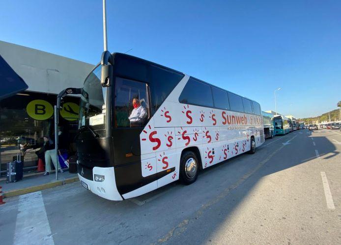 Vakantiegangers worden opgehaald in een bus van Sunweb.