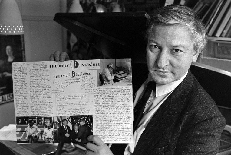 Julius Vischjager met zijn krant 'The Daily Invisible'. Beeld HOLLANDSE HOOGTE / BERT VERHOEFF
