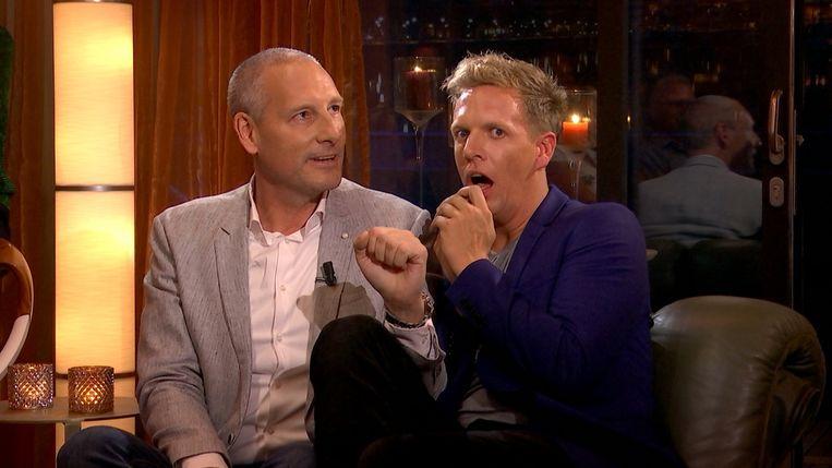 James schrikt wanneer Gert zijn grap uit de doeken doet.