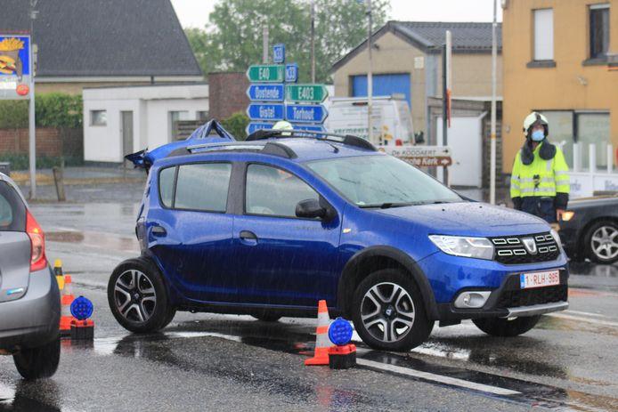 Langs de Torhoutbaan in Ichtegem gebeurde vrijdag rond 16.30 uur een ongeval tussen een personenwagen en een politiecombi die prioritair reed.
