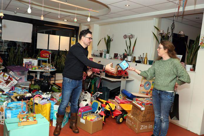 Erik Pezij van de stichting Ieder Kind een Sint Vriezenveen krijgt een surprise van Lieneke Bolhuis van de Speelgoedbank.