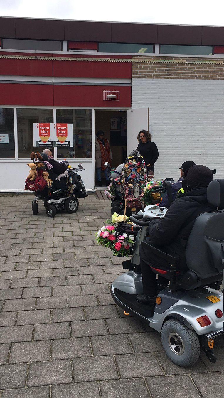 Rolstoelgebruikers in Zuidoost staan bij basisschool De Schakel voor een 'dichte deur' Beeld Marjon Melissen
