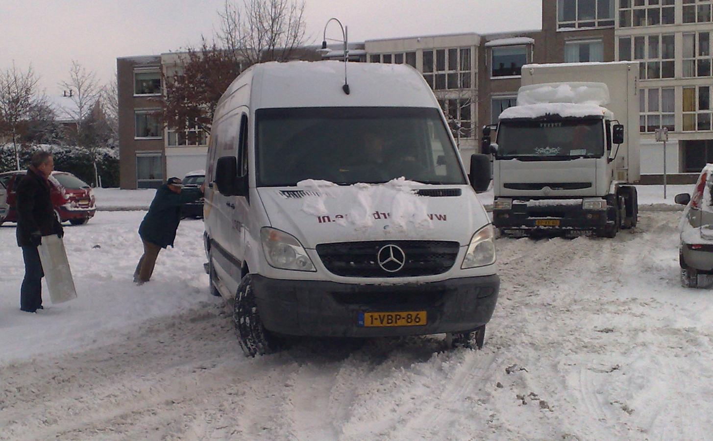 Op parkeerplaatsen kan het door (vastgereden) sneeuw soms erg glad zijn.
