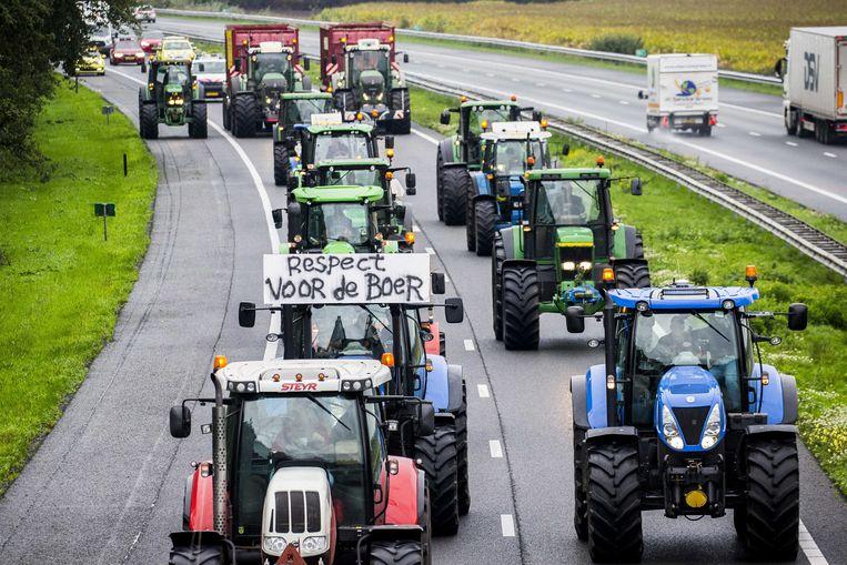 Drentse boeren zijn met hun tractoren onderweg naar het landelijke protest op het Malieveld in Den Haag. Beeld ANP