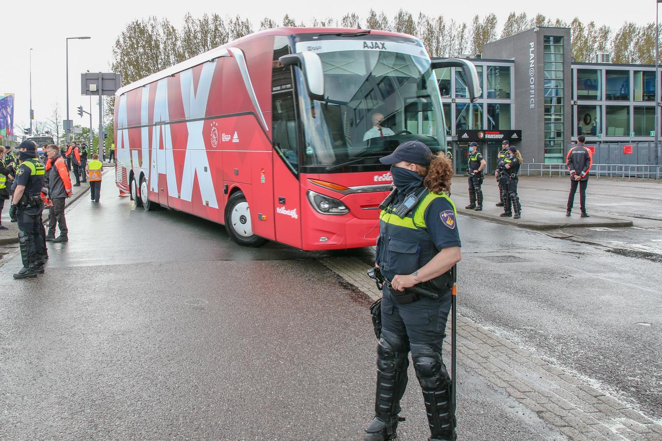 Toen de Ajax-spelersbus arriveerde bleef het rustig