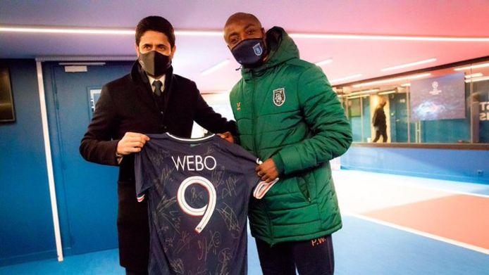 Nasser Al-Khelaifi van Paris Saint-Germain overhandigt Pierre Webó een gesigneerd shirt.
