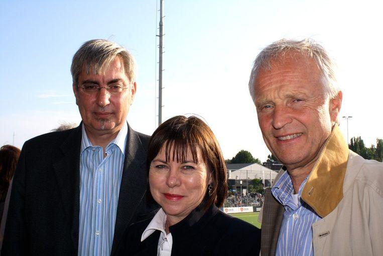 De vips: ambassadeur Peter Goosen van Zuid-Afrika (l), zijn vrouw Claire en KNHB-voorzitter Jan Albers. Beeld