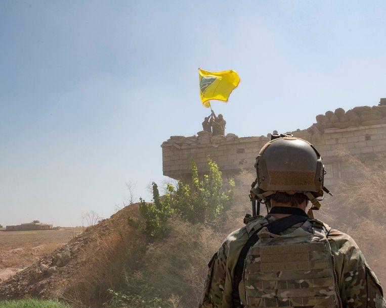 Een Amerikaanse soldaat in september bij een waarnemingspost van de Syrisch-Koerdische YPG in Noord-Syrië. Beeld EPA