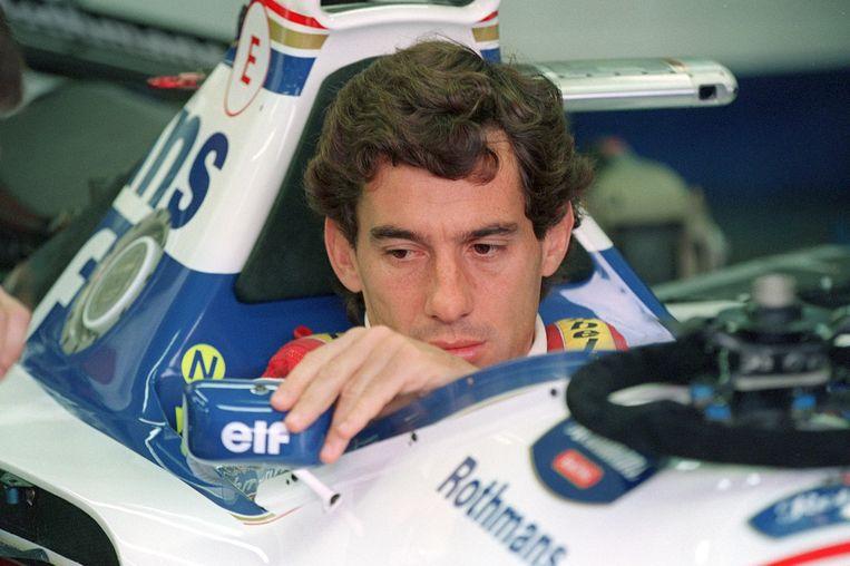 F1-legende Ayrton Senna in de pits van Imola, enkele uren voor zijn dood. Beeld AFP