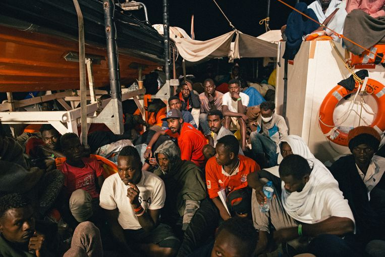 Migranten aan boord van de reddingsboot Lifeline. Het schip dobbert al dagenlang in zee, omdat het nergens welkom is. Beeld EPA
