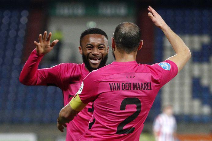 Moussa Sylla (l) en Mark van der Maarel vieren het zesde doelpunt van FC Utrecht tegen Willem II.