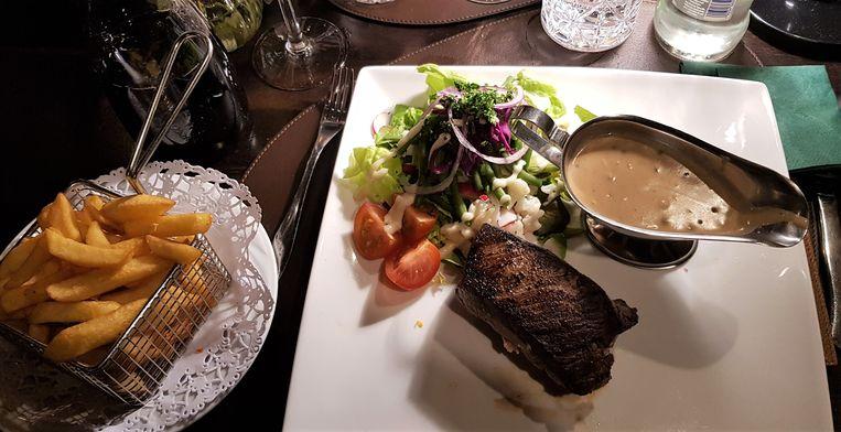 Filet pur van Belgische wit-blauw met pepersaus, sla en frietjes.