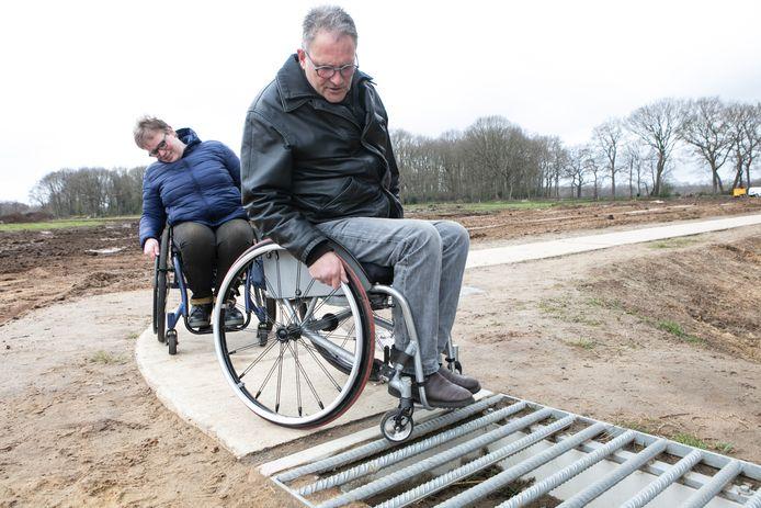 Dick van de Wetering  en Heidi Hofsink tonen het smalle voetpad. Bij het wildrooster ging het mis voor Van de Wetering.