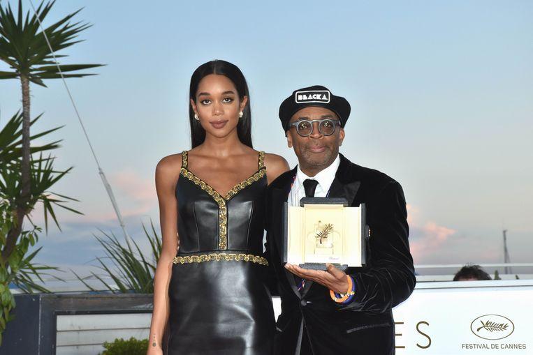 Spike Lee en 'BlacKkKlansman'-acteur Laura Harrier zaterdag in Cannes. Lee kreeg er de Grand Prix, na de Gouden Palm de tweede belangrijkste prijs van het festival. Beeld Photo News