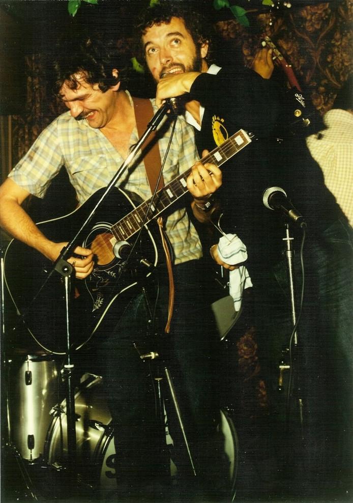 Ron de Groot, naast zanger Frank Mortiers in de jaren zeventig.