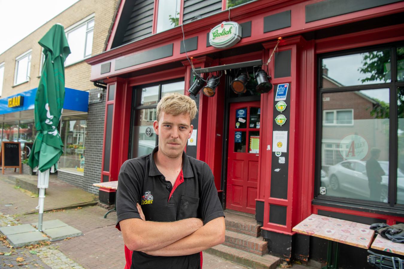 """Gerwin Nijmeijer, voor zijn café The Alley in Gramsbergen, dat voorlopig gesloten blijft. De uitbater neemt een opgelegde dwangsom nadat coronaregels zouden zijn overschreden serieus. ,,Dan los ik het liever zelf op. Zo dus."""""""