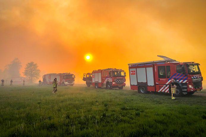Brand Deurnsche Peel, brandweer houdt vuur bij woningen weg.