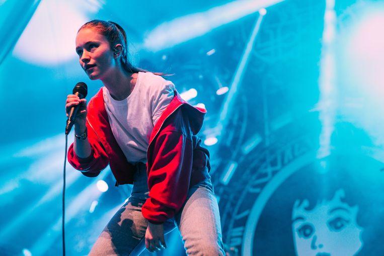 De twintigjarige Noorse popzangeres Sigrid kampte kennelijk met stemproblemen, maar daar merkte je niets van op Stage 4.  Beeld Illias Teirlinck