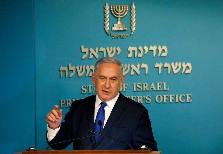 Israeli Prime Minister Benjamin Netanyahu speaks to the press at the MP's Jerusalem office on April 2, 2018. / AFP PHOTO / Menahem KAHANA Beeld AFP