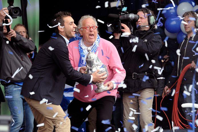 In 2014 was geluk in Zwolle nog heel gewoon: Ben Hendriks (rechts) reikt de KNVB-beker uit aan aanvoerder Bram van Polen.