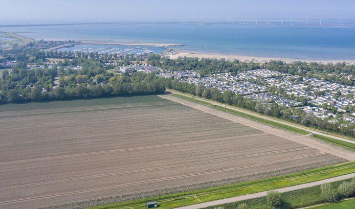 Roompot Marina Beach Resort vanuit de lucht gezien. Als het park wordt opgeknapt, komen de chalets veel ruimer te staan.