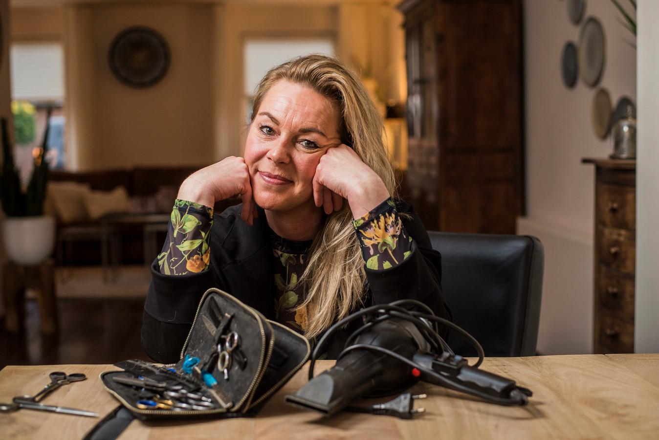 Pascalle Thüss is kapster aan huis, maar mag sinds de lockdown niet meer knippen. Ze krijgt ook geen tegemoetkoming.