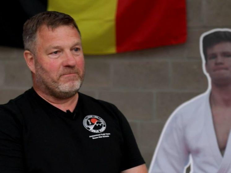 """In het spoor van de fans van Casse die samen supporteren, jeugdtrainer Guy: """"Ik word emotioneel van Matthias op dit niveau te zien"""""""