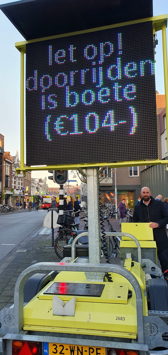 Wethouder Boaz Adank bij de digitale tekstkar in de Karnemelkstraat. Op de achtergrond de 'bussluis' in de Houtmarkt. Verboden terrein voor automobilisten.
