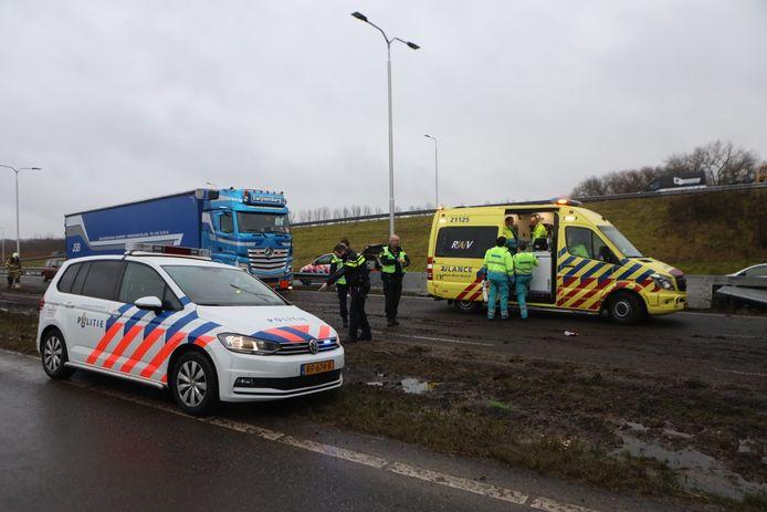 Vrachtwagenchauffeur botst tegen brugpijler op N279 bij Heeswijk-Dinther en raakt zwaargewond.