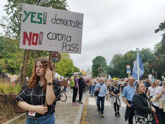 Met pamfletten protesteren de deelnemers onder meer tegen de coronapas.