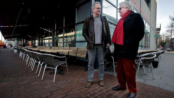 Ad en Jan bij een terras in het centrum van Dordrecht. ,,Als je verslaafd bent, ben je voor je leven veroordeeld'', zeggen de twee.
