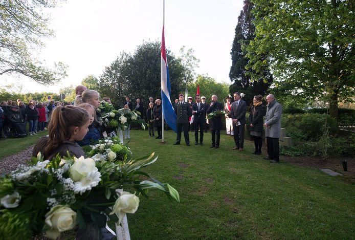 De Duitse burgemeester Peter Hinze van Emmerik spreekt tijdens de Dodenherdenking op de militaire begraafplaats bij recreatieplas De Bijland in Tolkamer.