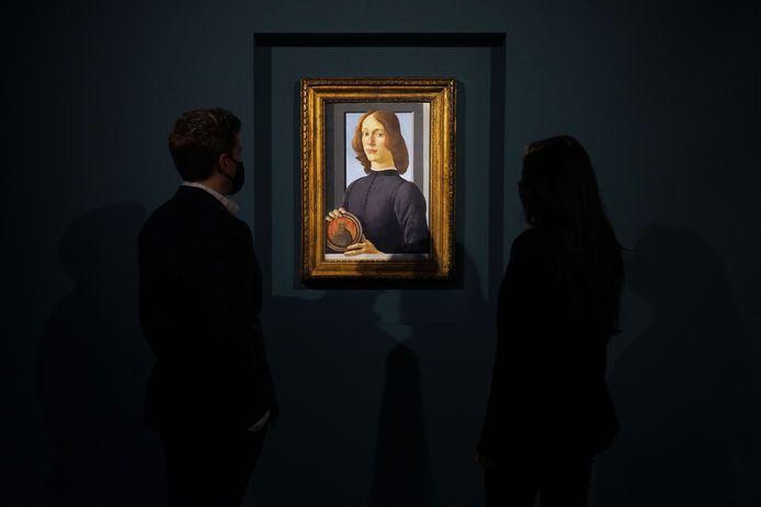 Klapstuk van de veiling in New York wordt waarschijnlijk dit portret van een onbekende jongeman geschilderd door de Italiaan Sandro Botticelli (1445-1510).