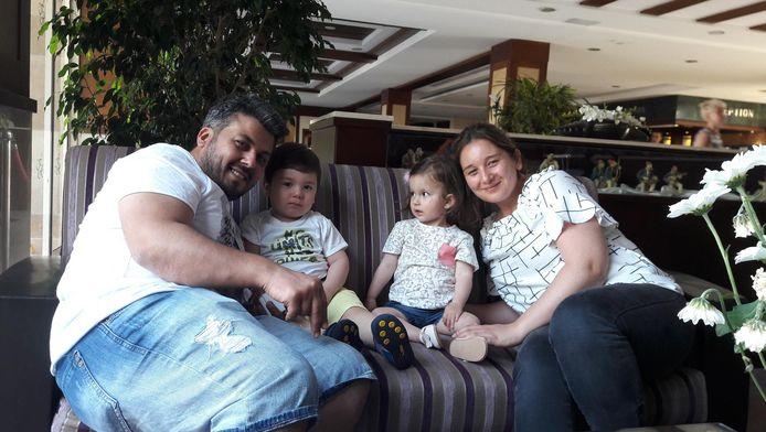 Sara op de bank met kapper Akin, zijn zoontje en vrouw Yasmine.