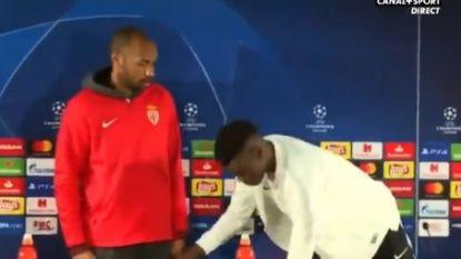Henry toont even wie de baas is en wijst zijn verdediger (17) op elementaire vorm van beleefdheid