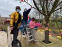 Lore Ninclaus (midden) met twee medewerkers aan de nieuwe Spekkeboom in Familiepark De Sierk.