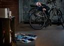 Rob van de Laar bij de  herdenkingshoek van zijn overleden zoon Milan in zijn fietsenzaak.
