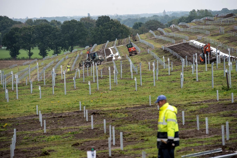 Pix4Profs-Ron Magielse wethouder greetje bos heeft gat gegraven en als symbolische openingshandeling voor aanleg zonnepark bavelse berg. die aanleg is al in volle gang.