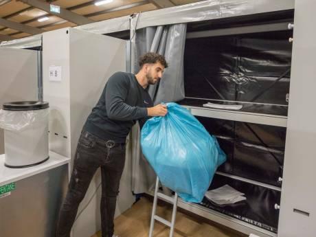 Zo verblijven 320 mannelijke asielzoekers vanaf maandag in de Zeelandhallen in Goes